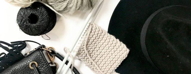 Bílá pletenina na jehlicích, bílá klubíčka příze