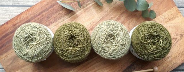 Zelená klubíčka na pletení a pletací jehlice. Článek o tom, jak vypočítat spotřebu příze.