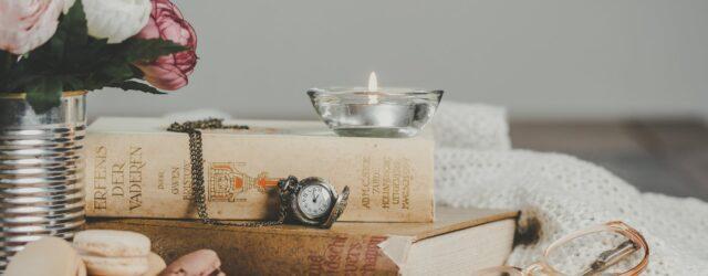 knihy, háčkovaný úplet, svíčka, hodiny